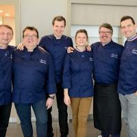 Les MOF posent avec les cuisiniers de la Sogeres